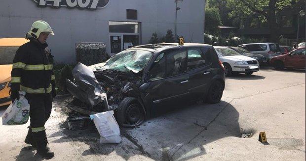 Nebezpečná rychlost: Po srážce auta a autobusu v Praze 5 bojují dva lidé o život