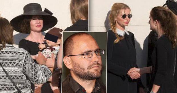 Pohřeb režiséra (†44), který nepřežil nehodu autobusu: Poslankyně skrývala smutek brýlemi