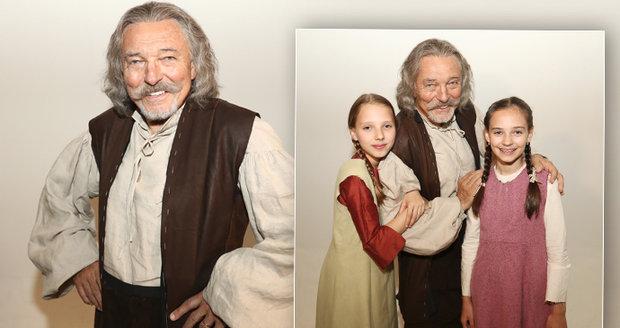 Karel Gott s dcerami při natáčení nové pohádky Když draka bolí hlava