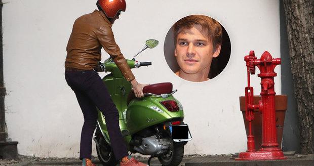 Na skútru rád jezdí i zpěvák a herec Vojta Dyk.