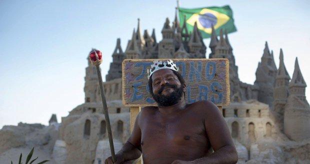 Marcio Mizael Matolias žije přes 20 let v hradu z písku na pláži v Riu de Janeiro.
