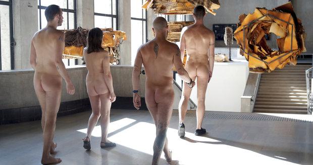 Naháči vzali útokem muzeum: Nudisté bořili bariéry, v Paříži jim to povolili