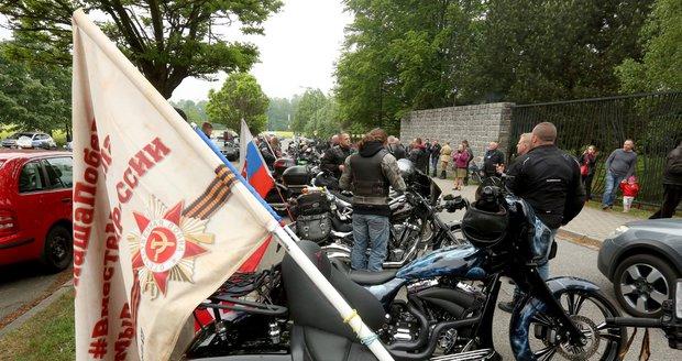 Noční vlci projeli Moravou a míří do Prahy. ČSSD se od účasti Foldyny distancuje