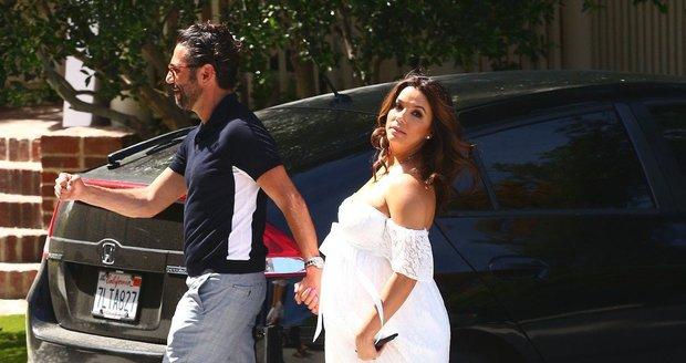 Těhotná Eva Longoria s manželem