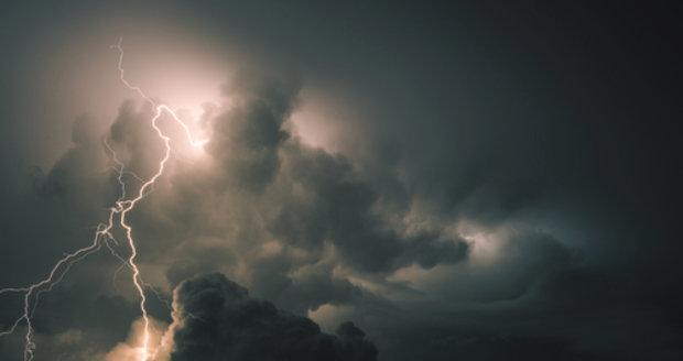 Bouřky postupují Českem, už řádí na Šumavě. Hrozí i kroupy, sledujte radar