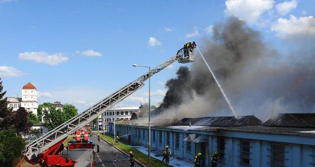"""Pec najednou """"blafla"""": Z areálu firmy v Moravanech uteklo 204 lidí, škoda je milionová"""