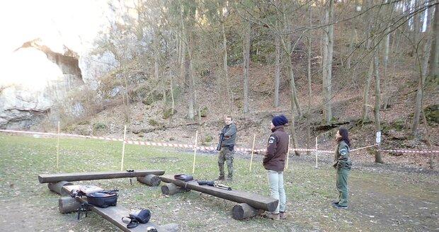 Okolí Býčí skály v Moravském krasu hlídají kvůli hnízdišti sokola stěhovavého členové Stráže přírody. Mají oprávnění udělovat pokuty těm, kdo vkročí do zakázaného prostoru.