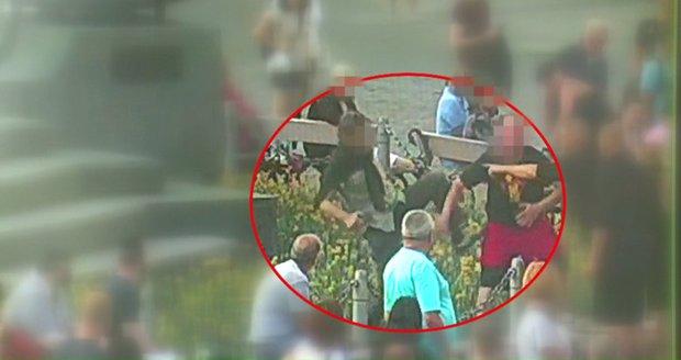 Opilci se pobili na Staroměstském náměstí: Ring si udělali z květinového záhonu