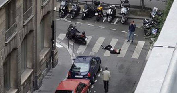 Svědci popsali hrůzu v Paříži. Podívejte se na řádění útočníka i jeho úprk