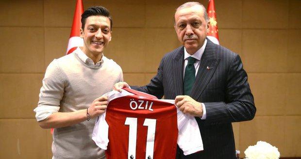 Německá fotbalová esa Özil a Gündogan tlumí vášně po schůzce s Erdoganem