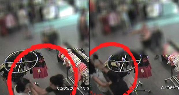 e92f9c378c9a Neznámá útočnice se v obchodě v Karviné vrhla na prodavačku a zfackovala ji.