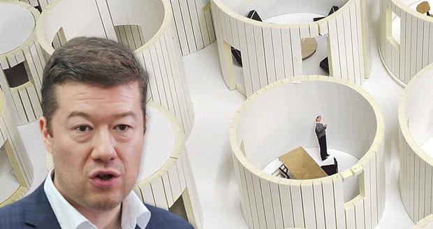 Okamura štve proti migrantům a přitom: Jeho UFO dům za 20 milionů mu staví cizinci