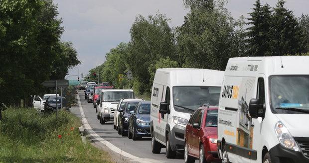Komunikace Ke Kříži a K Dálnici budou od března do května neprůjezdné pro většinu vozů z důvodu prací na vodovodním řádu. Zaveden bude kyvadlový provoz. (ilustrační foto)