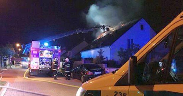 Oheň zničil část střechy rodinného domu