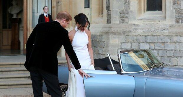 Meghan s Harrym přijeli na večírek v modrém jaguáru. Novomanželka se převlékla do dalších nádherných šatů.