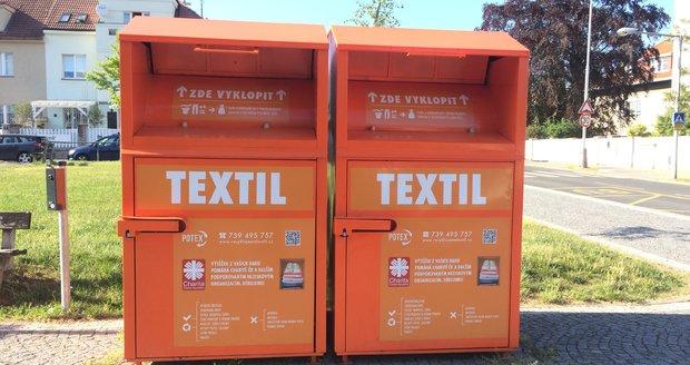 Oranžové kontejnery v ulicích Prahy slouží k odložení nepotřebného šatstva nebo třeba hraček.