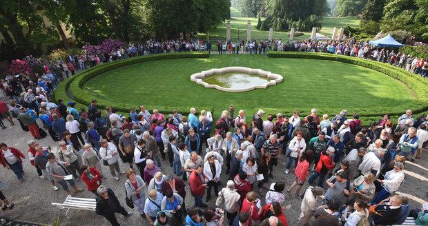 Rozkvetlou zahradu na zámku Štiřín přišlo letos obdivovat 2000 lidí