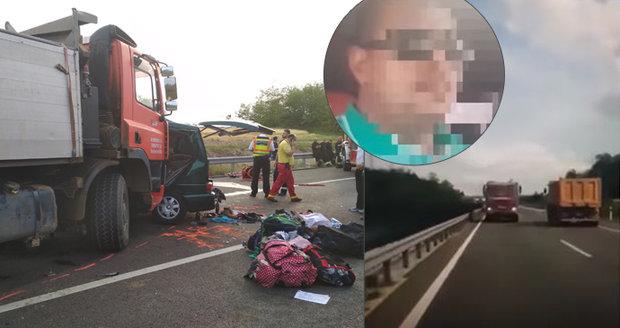 Řidič mikrobusu vysílal svou jízdu živě přes Facebook: Vjel pod kamion, zemřelo 9 lidí