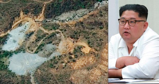 Diktátor Kim vyhodil do povětří jaderné středisko. A schytal přirovnání ke Kaddáfímu