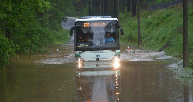 Silné bouřky zuří na jihozápadě Čech. Karlovarsko sužují lokální záplavy