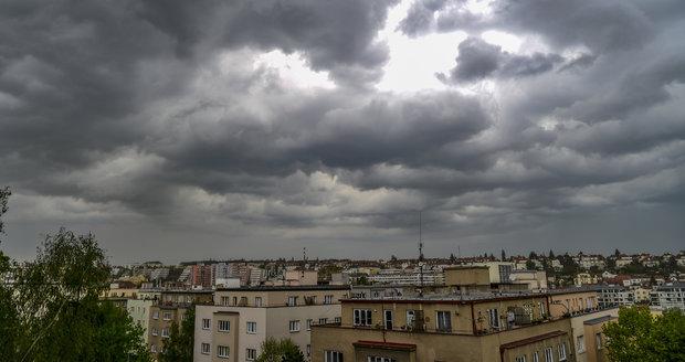 Také během středy bude počasí v Česku pod vlivem vlnící se studené fronty, která přinese převážně velkou oblačnost a potřebovat budeme deštníky.
