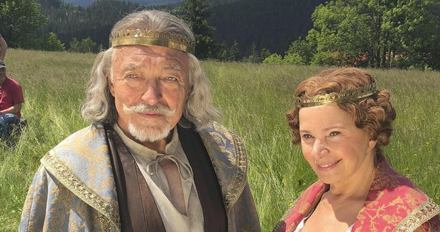Karel Gott a Kamila Magálová v pohádce Když draka bolí hlava
