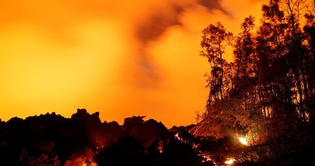 Ráj na Havaji dál ničí exploze sopky. Lidé se brání lávě i zahradní hadicí