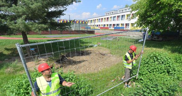 Kráter, který vznikl na zahradě školy na Černém Mostě, nechalo město zasypat.