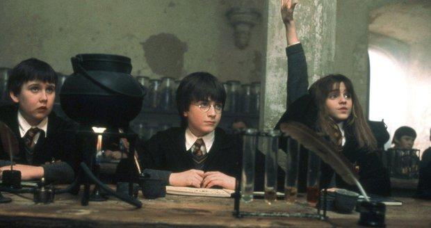 Harry Potter a kámen mudrců, Matthew Lewis sedí docela nalevo.
