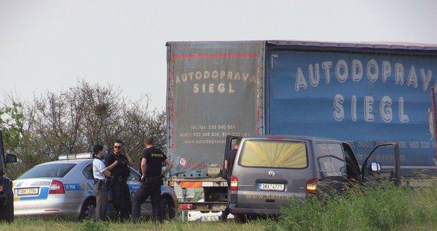 Nejasné úmrtí na dálnici za Prahou. Řidič kamionu zemřel za volantem, pomoc dorazila pozdě