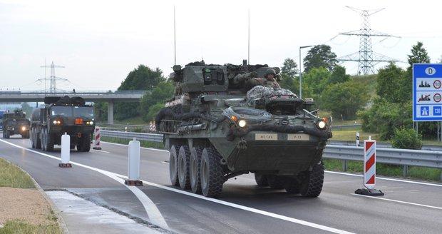 Do Česka vjeli američtí vojáci. Bude jich tisíc, konvoj má 400 vozidel
