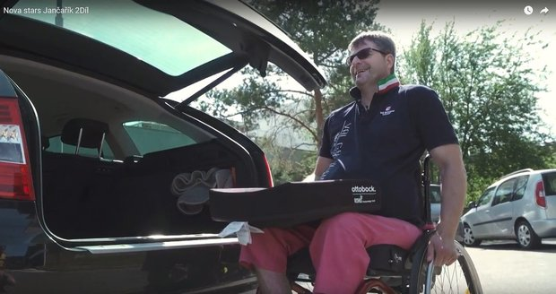 Moderátor Michal Jančařík už řídí auto.
