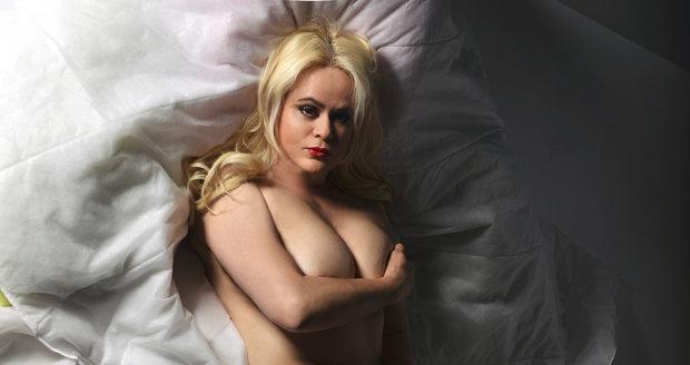 Monika Štiková se svlékla i pro Blesk. Vyšpulila pozadí a intimní partie si zakryla rukou.