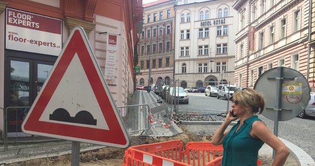 Bývalá primátorka Adriana Krnáčová se zúčastnila kontrolního dne během rekonstrukce Husitské ulice.