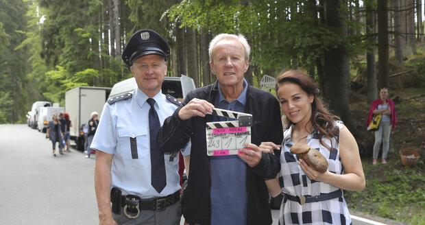 Třetí řada seriálu Policie Modrava: Režisér Soukup s dvojicí herců Janem Monczkou a Karin Haydu při první klapce