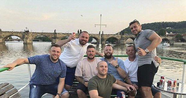 Nejhorší rozlučka se svobodou: Parta ožralých Britů si z letadla do Prahy udělala noční klub!