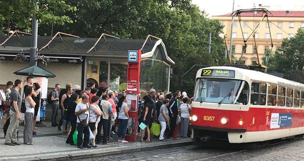 Na náměstí Míru, kde je dočasně provoz metra ukončen, se objevují davy lidí.