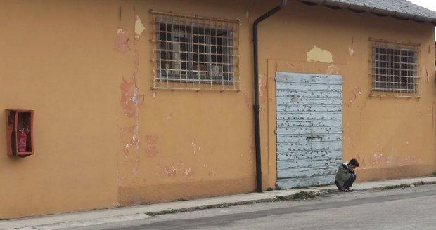 Migranti obsadili kasárna: Nesmějí pracovat, tak lenoší a učí se jazyk