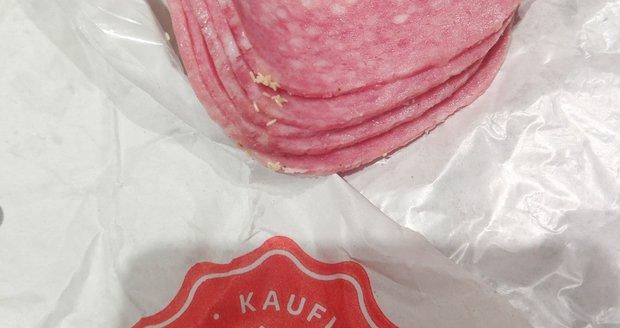 Soňa našla na salámu z Kauflandu hmyzí vajíčka. Řetězec jí dal dvě stovky