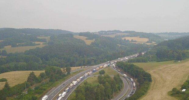 Na dálnici D1 u Rohlenky (207. km směr Praha) se vytvořila asi 6 km dlouhá kolona. (Ilustrační foto)