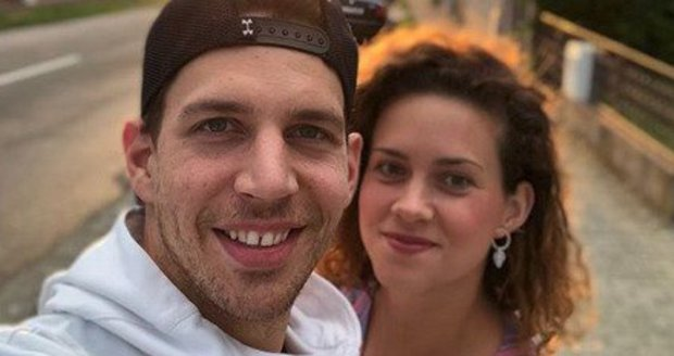 Zpěvák Peter Pecha s partnerkou
