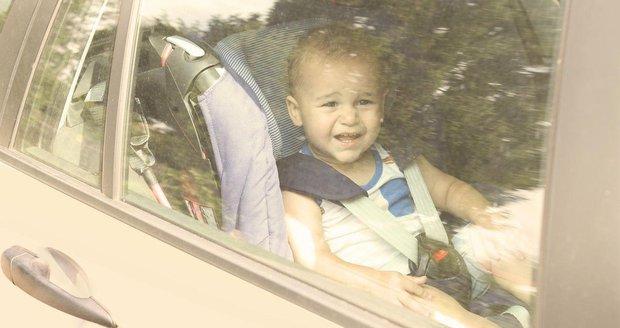 Děda zapomněl v rozpáleném autě vnučku (†10 měs.). Když si dával kávu, zemřela
