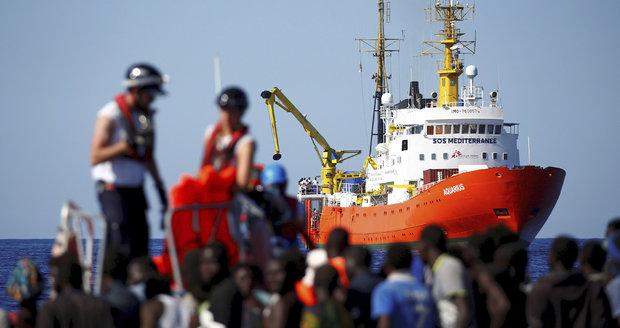 """""""Nefoťte se s nimi, nechte je být."""" Španělé se připravují na loď s 625 odmítanými migranty"""