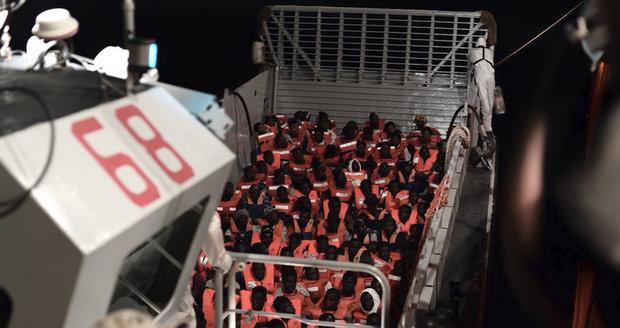 Loď s uprchlíky odmítnutá v Itálii nemá na cestu dál zásoby, bojí se i vln