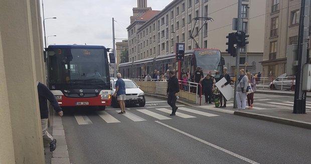 V Podbabě se zranila cestující poté, co autobus brzdil při srážce s autem.