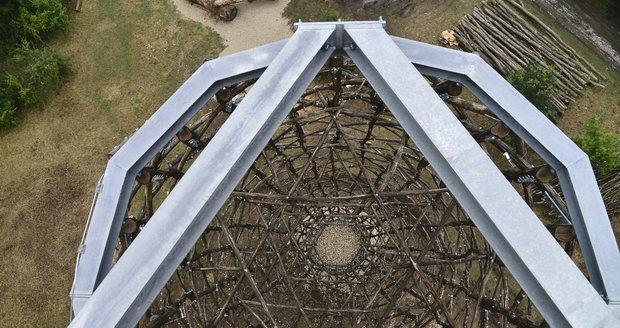 Spojení dřeva a ocele. Taková je nová věž v Praze 14.