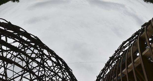 Rozhledna Doubravka na Praze 14 je světovým unikátem. Ztělesňuje symbiózu moderny s přírodou.