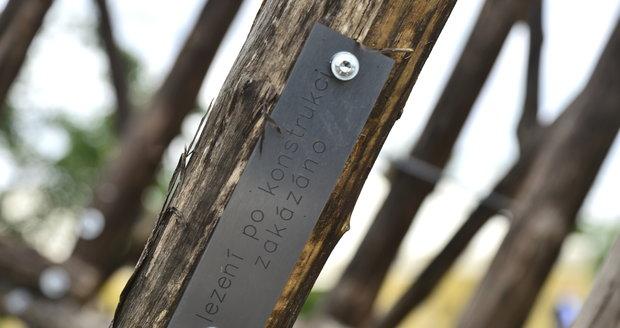 Rozhledna je sestavena z akátového dřeva, oceli a pevných lan.