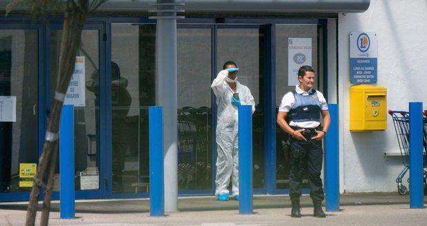 """Žena ve francouzském supermarketu pobodala dva lidi, křičela """"Allahu Akbar"""""""