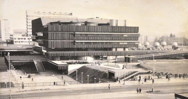 Z historických snímků je patrné, že terasa u DBK byla od začátku součástí této budovy.